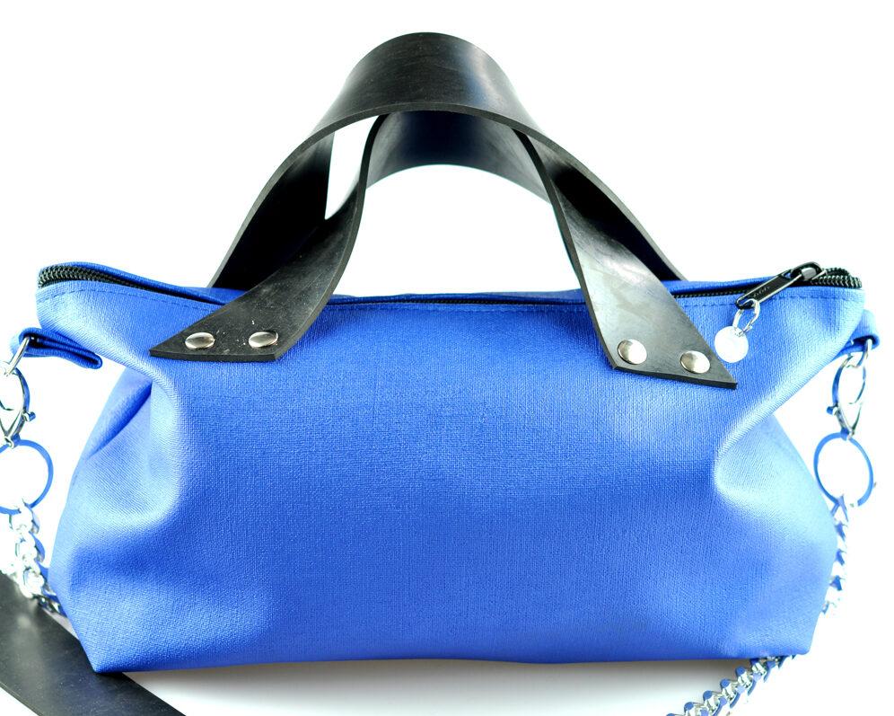 Bolso handmade polipiel azul electrico brillante cremallera asas caucho remaches plateado cadena plata frontal 3