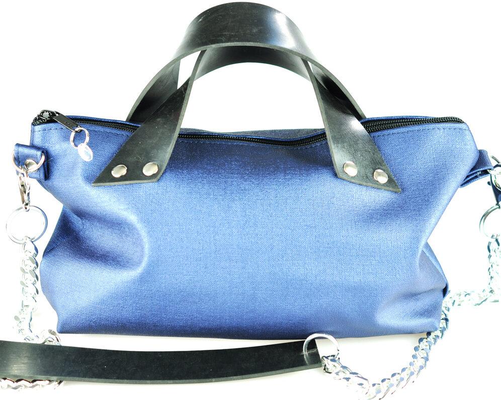 Bolso handmade polipiel azul marino brillante cremallera asas caucho remaches plateado cadena plata frontal 2
