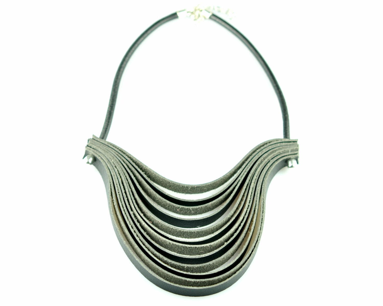 Collar handmade cuero negro ondas city curves metal negro frontal scaled