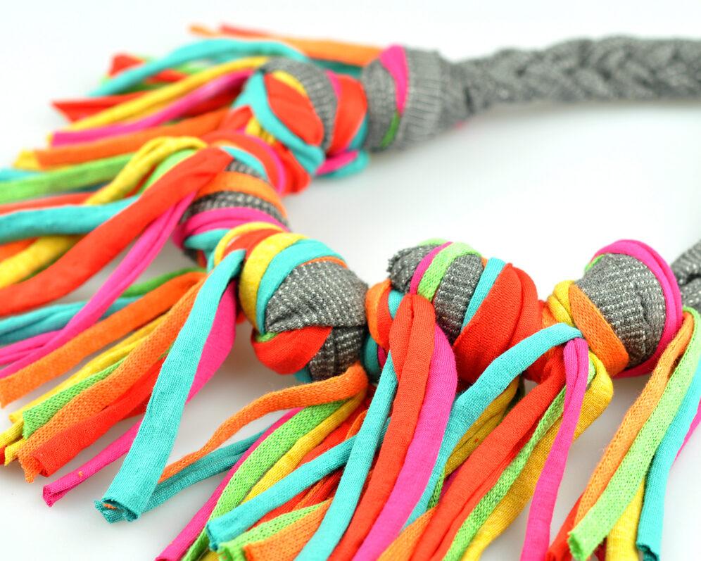 Collar handmade textil flecos gris multicolor largos nudo doble diagonal 2
