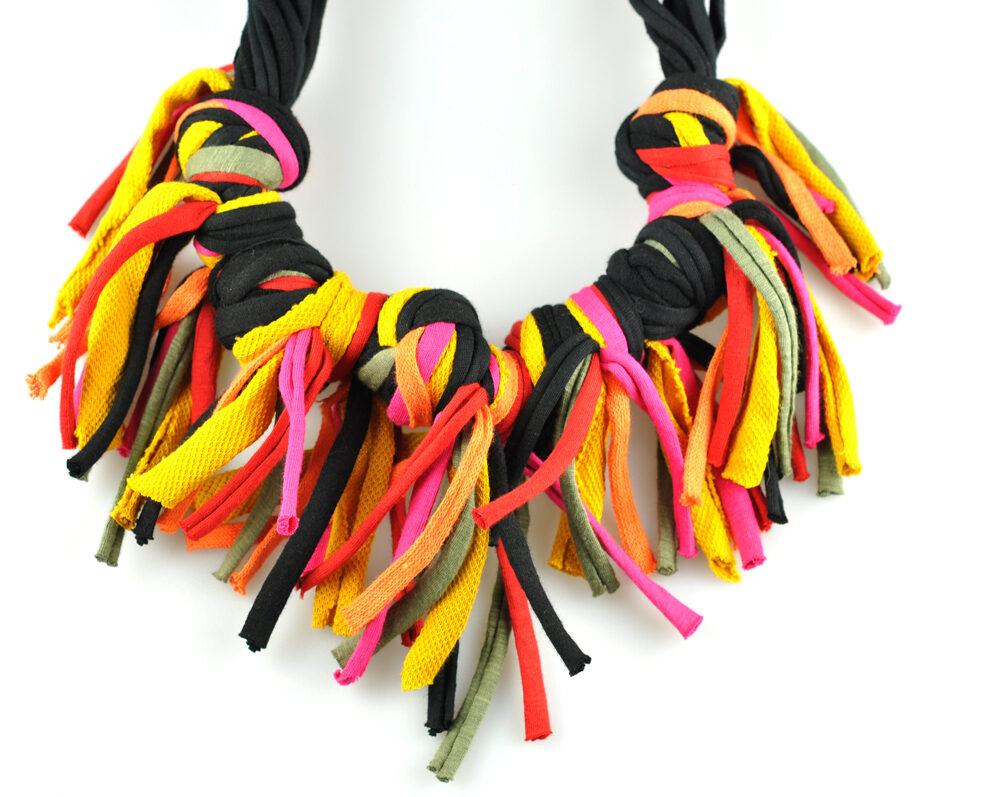 Collar handmade textil flecos negro mostaza multicolor largos nudo doble frontal