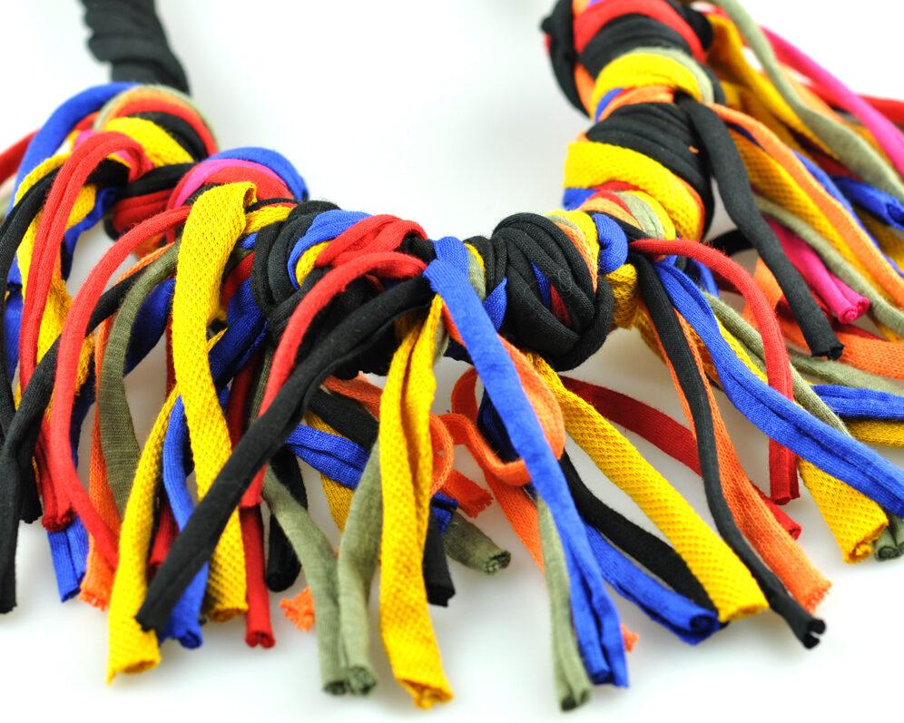 Collar handmade textil flecos negro multicolor largos nudo doble detalle