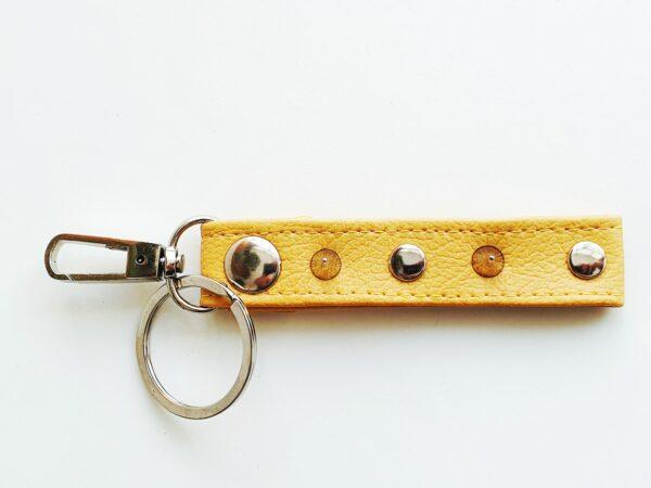 Llavero amarillo argolla tachuela metal piel sintetica mosqueton giratorio 2 unisex min scaled