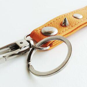 Llavero naranja argolla tachuela metal piel sintetica mosqueton giratorio 3 unisex min scaled
