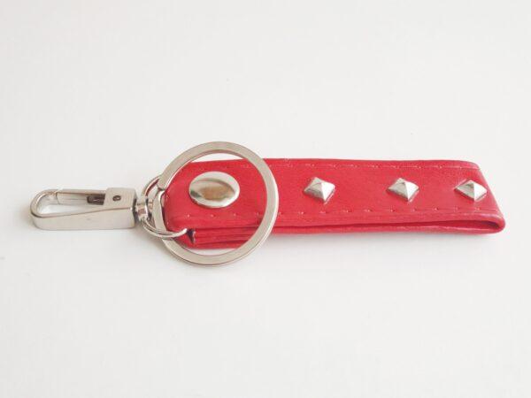 Llavero rojo argolla tachuela metal piel sintetica mosqueton giratorio 02 unisex min scaled