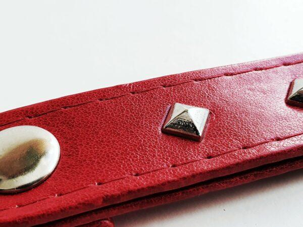 Llavero rojo argolla tachuela metal piel sintetica mosqueton giratorio 2 unisex min scaled