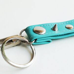 Llavero turquesa azul argolla tachuela metal piel sintetica mosqueton giratorio 3 unisex min scaled