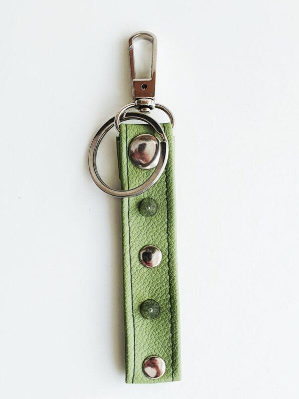 Llavero verde caqui argolla tachuela metal piel sintetica mosqueton giratorio 2 unisex min scaled