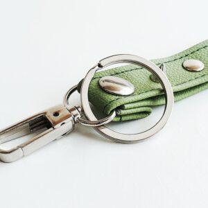 Llavero verde caqui argolla tachuela metal piel sintetica mosqueton giratorio 3 unisex min scaled