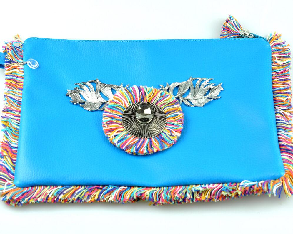bolso clutch handmade artesano flecos multicolor roseton dorado cristal color polipiel azul frontal 2
