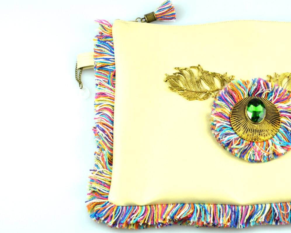 bolso clutch handmade artesano flecos multicolor roseton dorado cristal color polipiel beige mitad