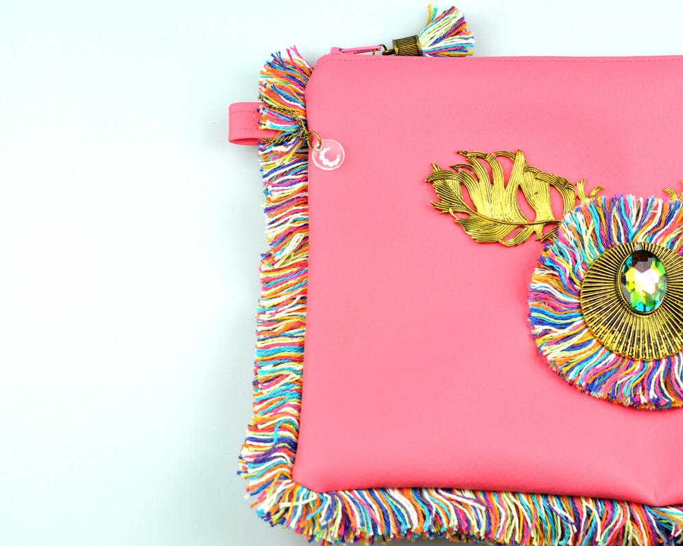 bolso clutch handmade artesano flecos multicolor roseton dorado cristal color polipiel rosa mitad