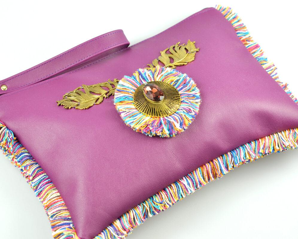bolso clutch handmade artesano flecos multicolor roseton dorado cristal polipiel morado diagonal