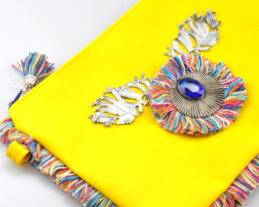 bolso clutch handmade artesano flecos multicolor roseton plateado cristal color polipiel amarillo detalle 3
