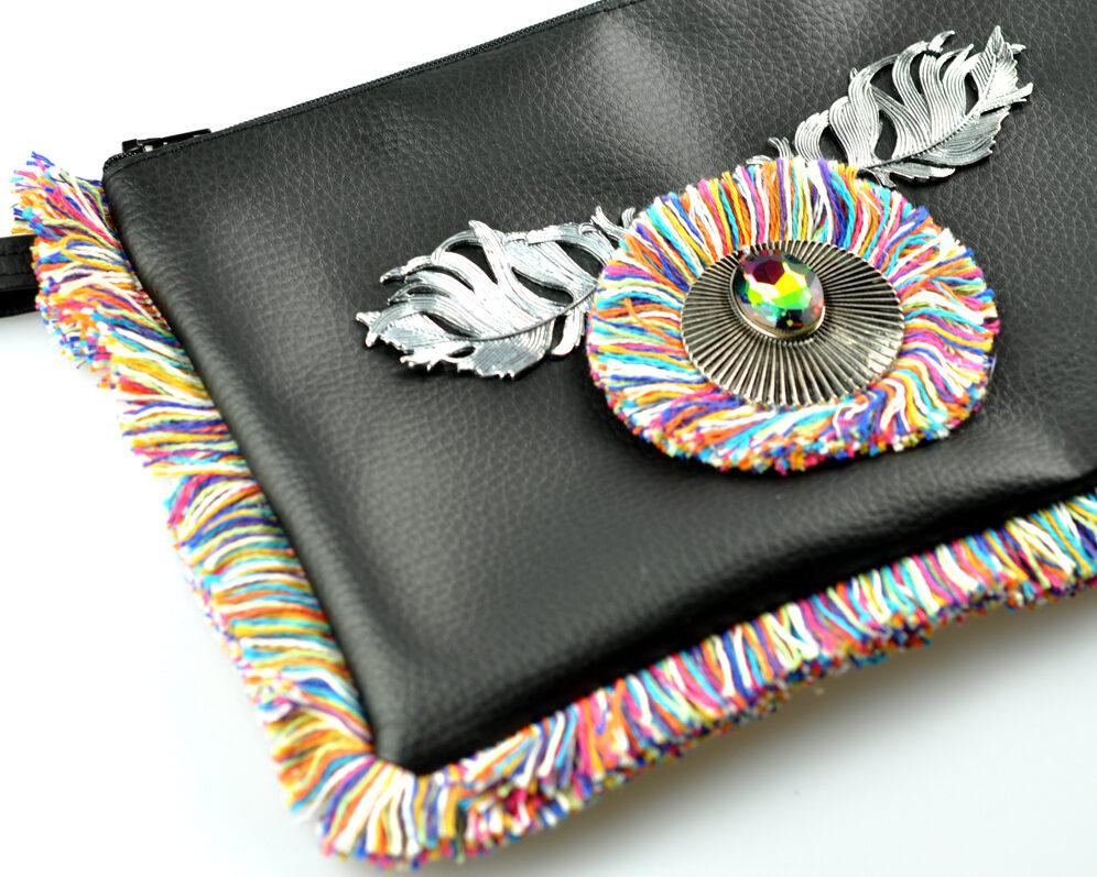 bolso clutch handmade artesano flecos multicolor roseton plateado cristal color polipiel negro detalle 3