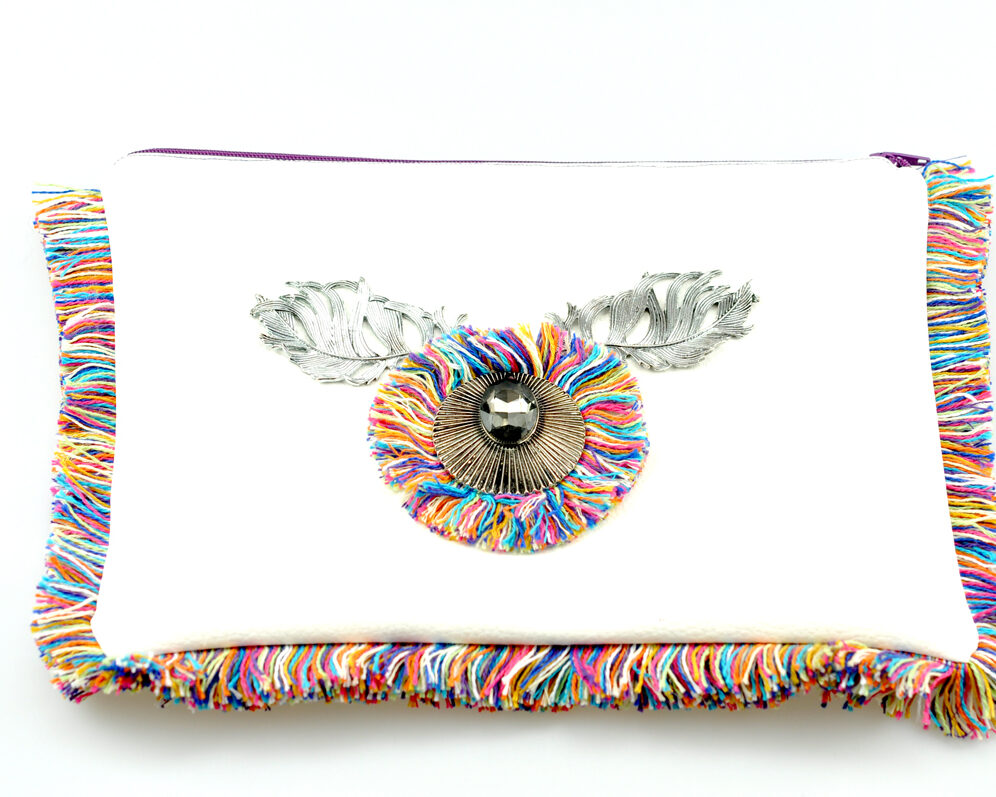 bolso clutch handmade artesano flecos multicolor roseton plateado cristal gris color polipiel blanco morado frontal