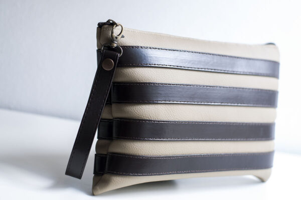 clutch beige marron unisex piel  sintetica tiras cuero asa cremallera bolsillo art 2