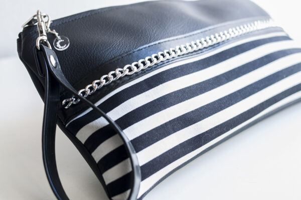 clutch negro rayas blanco piel sintetica cadena plata asa mujer 03