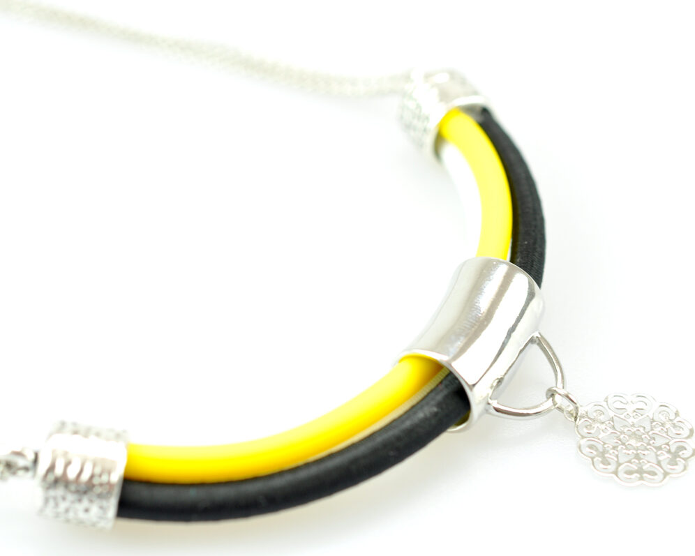 collar handmade cadena plateado cilindro filigrana tubo corto semicirculo hilo seda negro amarillo blanco detalle.3