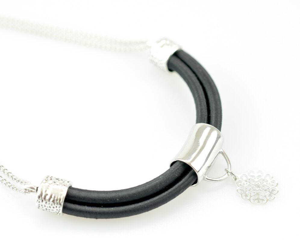 collar handmade cadena plateado cilindro filigrana tubo corto semicirculo hilo seda negro detalle 3