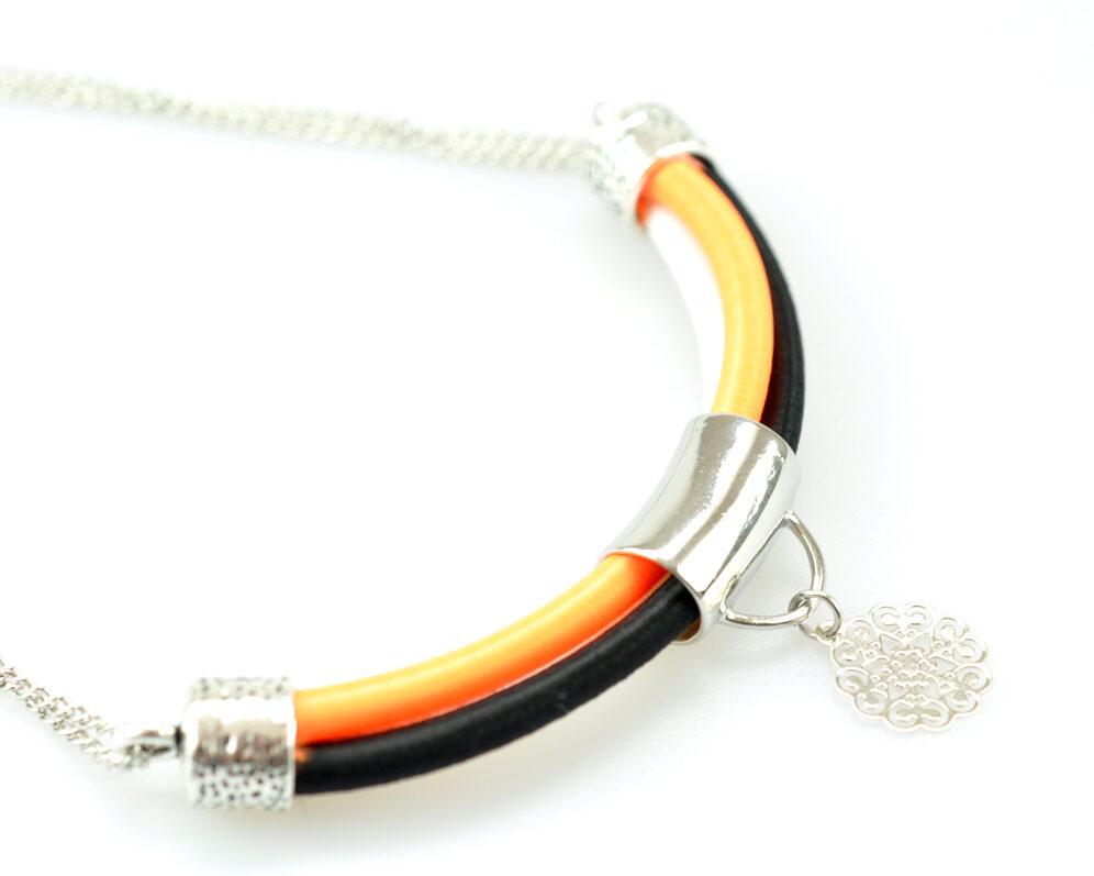 collar handmade cadena plateado cilindro filigrana tubo corto semicirculo hilo seda negro naranja blanco detalle 3