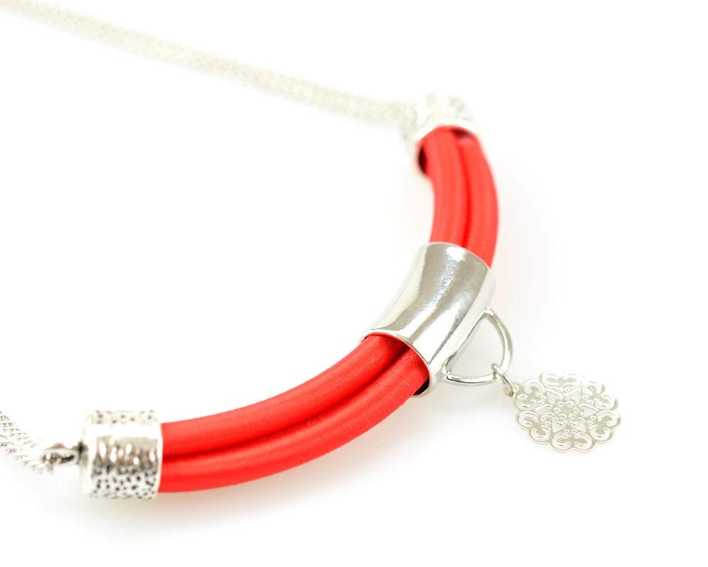 collar handmade cadena plateado cilindro filigrana tubo corto semicirculo hilo seda rojo diagonal