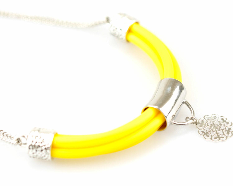 collar handmade cadena plateado cilindro filigrana tubo corto semicirculo silicona amarillo detalle 3 scaled