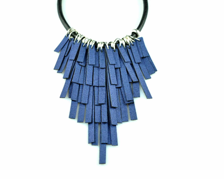 collar handmade polipiel tiras azul antracita metal plateado cordon cuero negro frontal 2 scaled