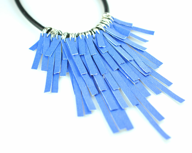 collar handmade polipiel tiras azul electrico metal plateado cordon cuero negro derecha scaled