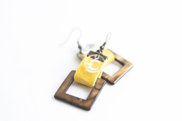 pendiente gancho dorado piel amarillo nacar cuadrado marron 03