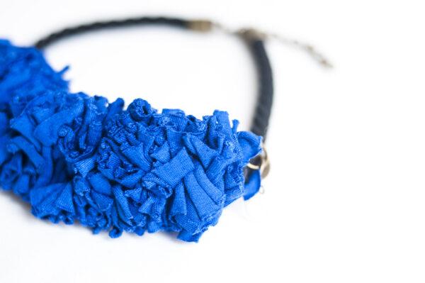 collar trapillo cordon negro azul 02