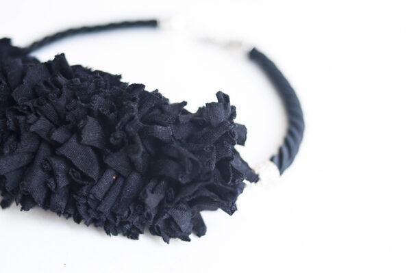 collar trapillo cordon negro tela negra 01