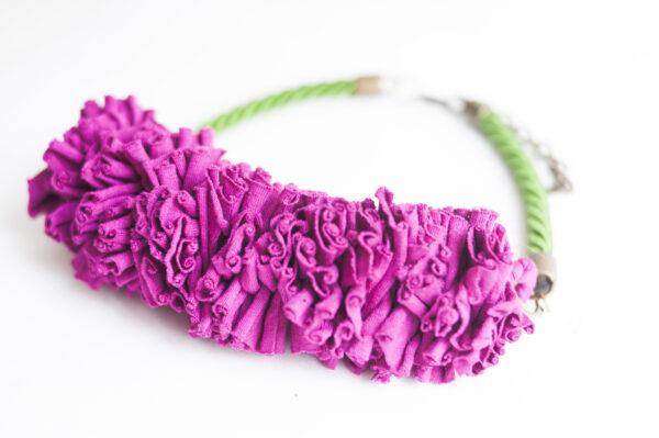 collar trapillo cordon verde berenjena 01