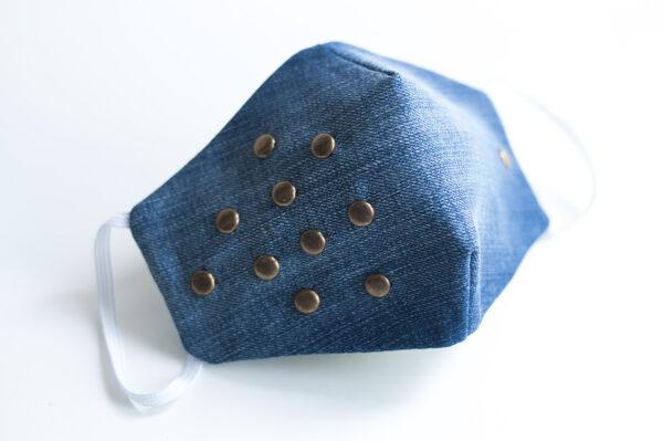 cubre mascarilla tela vaquera azul tachuelas bronce redondas elastico blanco 00