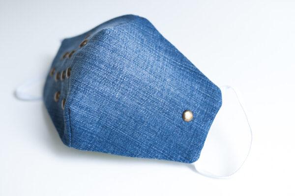 cubre mascarilla tela vaquera azul tachuelas bronce redondas elastico blanco 01