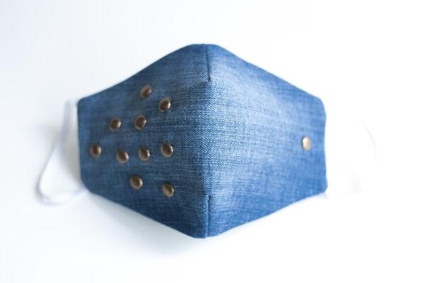 cubre mascarilla tela vaquera azul tachuelas bronce redondas elastico blanco 02
