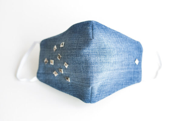 cubre mascarilla tela vaquera azul tachuelas plata cuadradas elastico blanco 00