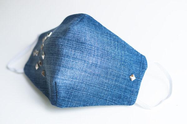 cubre mascarilla tela vaquera azul tachuelas plata cuadradas elastico blanco 02