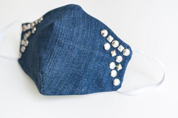 cubre mascarilla tela vaquera azul tachuelas plata cuadradas redondas elastico blanco 02