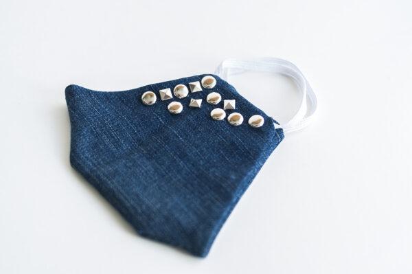 cubre mascarilla tela vaquera azul tachuelas plata cuadradas redondas elastico blanco 03